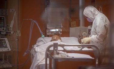 مريض كوفيد 19 يتلقى العلاج في مستشفى في روما إيطاليا كورونا - جيتي