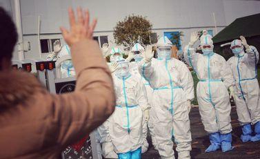 طاقم طبي يودع مريضة شفيت من فيروس كورونا بالصين- جيتي