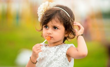طفل طفلة حلوى cco