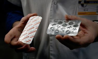 رجل يحمل أقراص كلوروكين وهيدروكسي كلوروكين في معهد طبي في مرسيليا في 26 شباط/فبراير 2020