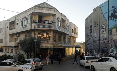 """صورة ملتقطة في 20 كانون الأول/ديسمبر 2019 تظهر فندق """"وولد اوف"""" الذي دشنه فنان الشارع البريطاني بانكس"""