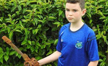 طفل  محظوظ  اكتشاف  كنز  تاريخي- BBC