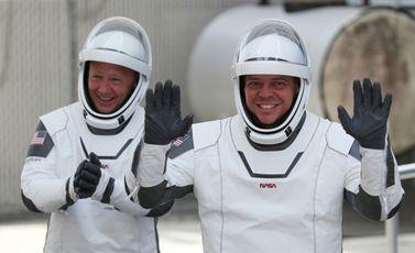 رائدا الفضاء بوب بنكين (يمين) ودوغ هارلي في 30 أيار/مايو 2020 في قاعدة كاب كانافيرال بولاية فلوريدا