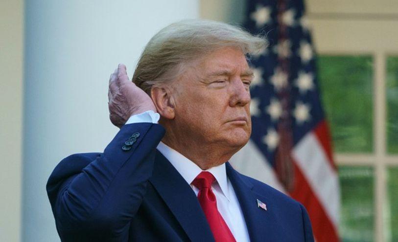 صورة أرشيفية للرئيس الأميركي دونالد ترامب التقطت في 30 آذار/مارس 2020 وهو يضع يده على شعره خلال مؤتم
